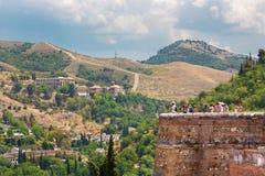 GRANADA, SPANIEN - 30. MAI 2015: Der Blick zum Albayzin-Bezirk und zu Abadia Del Sacromonte von Alhambra-Festung Lizenzfreies Stockbild