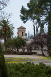 GRANADA, SPANJE - FEBRUARI 10, 2015: Een mening aan een toren met vlaggen op regenachtige mistige dag bij de werf van Alhambra Stock Foto