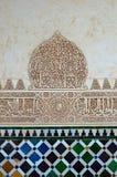Granada - tegelplattor och arkitektonisk detalj Alhambra, Granada, Spanien för islamisk kalligrafi arkivfoto