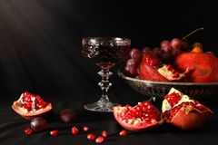 Granada, uvas y un vidrio de vino Foto de archivo libre de regalías
