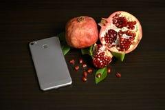 Granada y smartphone frescos imagen de archivo libre de regalías