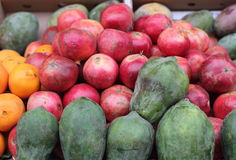 Granadas y papayas maduras Fotografía de archivo libre de regalías