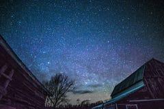 Granai rurali alla notte con le stelle nell'inverno Immagine Stock Libera da Diritti