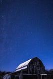 Granai rurali alla notte con le stelle nell'inverno Fotografie Stock Libere da Diritti