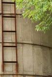 Granaio abbandonato con il silo e la scala Fotografie Stock