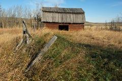 Granaio abbandonato del ceppo nel campo erboso Immagini Stock Libere da Diritti
