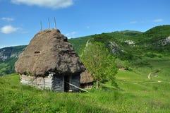 Granaio abbandonato, nelle montagne Fotografia Stock
