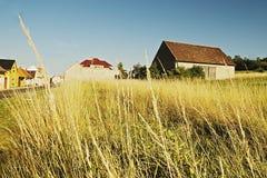 Granaio all'estremità del villaggio Keblice nella regione di stredohori di Ceske nel paesaggio ceco fotografie stock