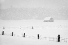 Granaio attraverso la bufera di neve Immagini Stock Libere da Diritti