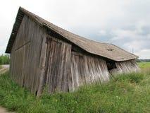 Granaio crollato nel paesaggio rurale immagine stock