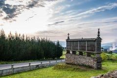 Granaio di Horreo accanto al Camino de Santiago per i pellegrini fotografia stock libera da diritti