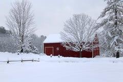 Granaio di inverno di Snowy in Nuova Inghilterra immagine stock