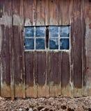 Granaio di legno con doppio Windows Immagine Stock