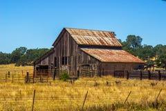Granaio di legno d'annata con Rusty Tin Roof fotografie stock libere da diritti