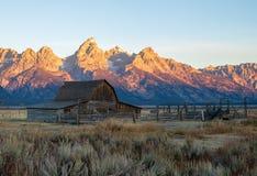 Granaio di Moulton e montagne di Teton durante l'alba immagine stock libera da diritti