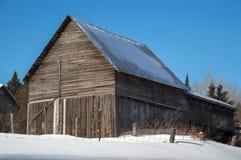 Granaio di Snowy nel sole in Ontario nordico Immagine Stock