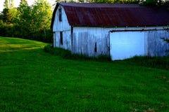 Granaio e campo Fotografie Stock Libere da Diritti