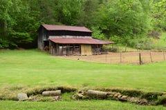 Granaio e giardino occidentali della montagna del paese di NC fotografia stock
