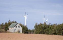Granaio e mulino a vento di legno fotografia stock