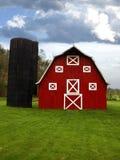 Granaio e silo rossi Fotografia Stock Libera da Diritti