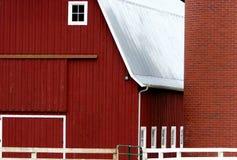Granaio e silo rossi Fotografie Stock Libere da Diritti