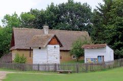 Granaio ed arnia storici del cottage del paese Immagini Stock