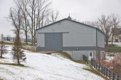 Granaio grigio nel paese in inverno fotografia stock