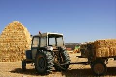 Granaio impilato e trattore di agricoltura Fotografia Stock