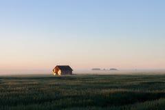 Granaio in nebbia di mattina sulla prateria Immagini Stock Libere da Diritti