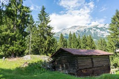 Granaio nella vista panoramica di spirito delle montagne Fotografia Stock Libera da Diritti