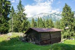 Granaio nella vista panoramica di spirito delle montagne Fotografia Stock
