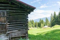 Granaio nella vista panoramica di spirito delle montagne Immagine Stock
