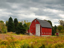 Granaio rosso in autunno Fotografie Stock Libere da Diritti