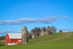 Granaio rosso con il silo nella campagna di Wisconsin immagine stock