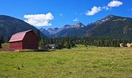 Granaio rosso con la fattoria, Oregon Fotografia Stock Libera da Diritti