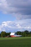 Granaio rosso con le nubi di tempesta Immagini Stock Libere da Diritti