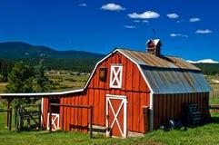 Granaio rosso del paese in montagne rocciose del Colorado Fotografia Stock Libera da Diritti