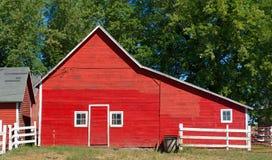 Granaio rosso di Wisconsin con la porta e tre Windows Fotografia Stock Libera da Diritti