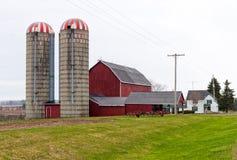 Granaio rosso e due silos Fotografia Stock