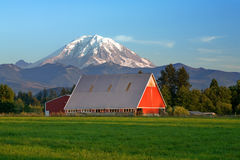 Granaio rosso e Mt più piovosi Immagini Stock Libere da Diritti