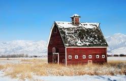 Granaio rosso in inverno Immagine Stock Libera da Diritti