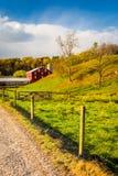 Granaio rosso lungo la strada campestre nella contea di York rurale, Pensilvania fotografia stock libera da diritti
