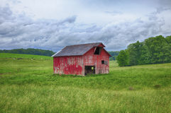Granaio rosso nel campo dell'Ohio fotografia stock libera da diritti