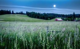 Granaio rosso nel paesaggio Fotografia Stock Libera da Diritti