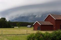 Granaio rosso nella tempesta immagini stock