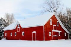Granaio rosso in neve Immagine Stock Libera da Diritti