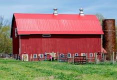 Granaio rosso rustico su un'azienda agricola familiare Fotografie Stock Libere da Diritti
