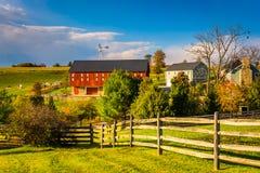 Granaio rosso su un'azienda agricola nella contea di York rurale, Pensilvania immagine stock