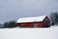 Granaio rosso su un pomeriggio grigio di inverno Immagine Stock Libera da Diritti