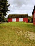 Granaio rosso sulla piccola collina Fotografia Stock